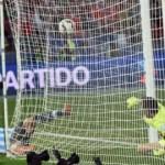 Gonzalo Higuaín falló un gol hecho y luego erró un penal clave