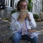 A André Rieu le regalan zampoña e intenta tocar El Cóndor Pasa