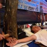 Francisco: paraguayos se crucifican para ser atendidos por el Papa (VIDEO)