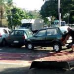 YouTube: hombre levanta auto estacionado en ciclovía (VIRAL)