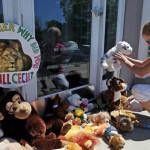 EEUU: ante alud de ositos de peluche huye dentista que mató a león Cecil
