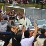 Papa Francisco recorre en papamóvil parque Bicentenario de Quito