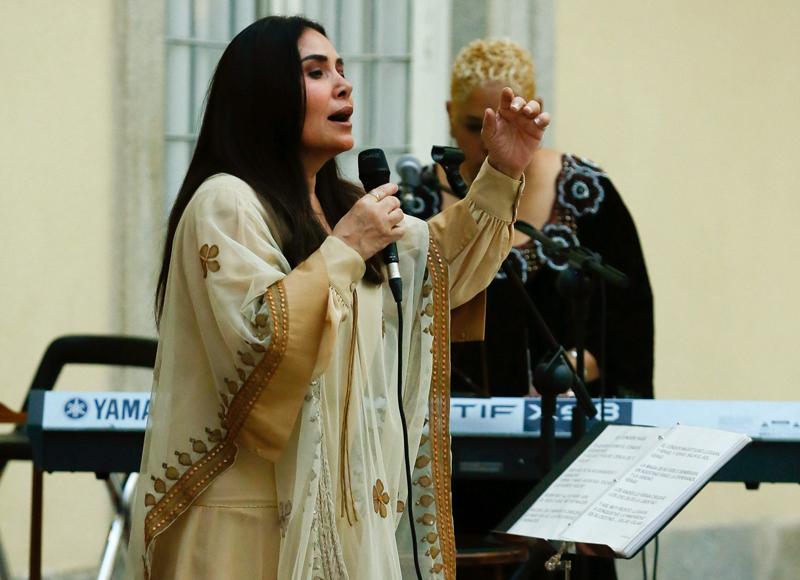 GRA453 MADRID, 08/07/2015.-La cantante peruana Tania Libertad actua en la recepción en honor de los Reyes ofrecida en el Palacio Real de el Pardo por el presidente de Perú Ollanta Humala, y su esposa, Nadine Heredia, en la despedida de su visita de Estado a España.EFE/JUANJO MARTÍN ***POOL***