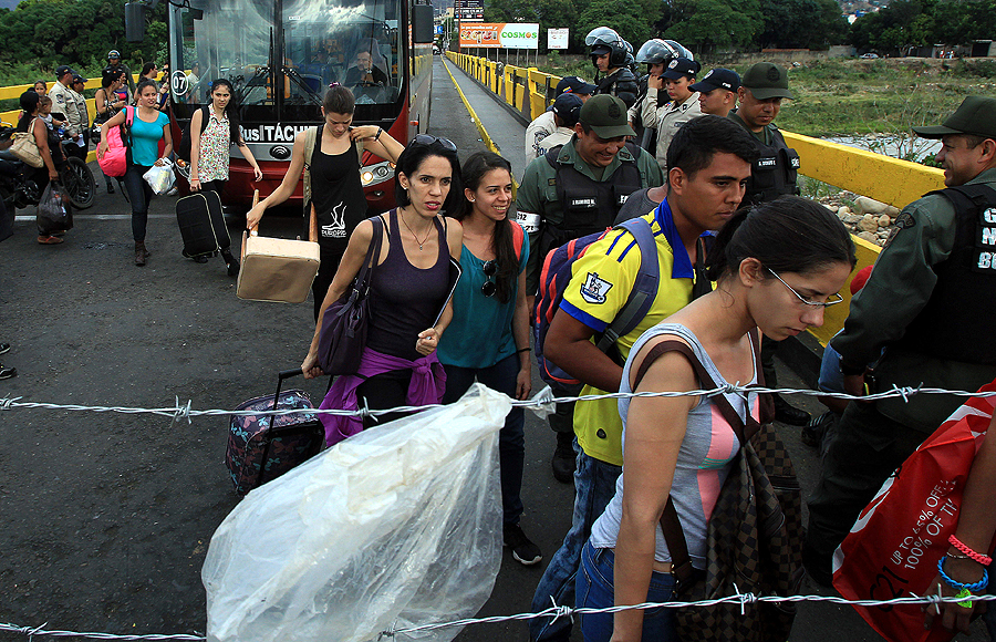CRISIS EN LA FRONTERA COLOMBO-VENEZOLANA CRECE CON CENTENARES DE DEPORTADOS