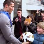 Cristiano Ronaldo se disfraza de mendigo y sorprende a niño (VIDEO)