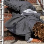 Jennifer López se cae por las escaleras en rodaje de serie (VIDEO)