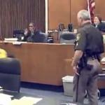 EEUU: irrumpió en la corte y golpeó al asesino de su hija (VIDEO)