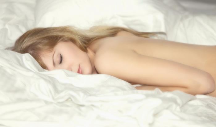 Estudio: dormir desnuda adelgaza y aleja el estrés