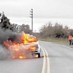 Argentina: celosa prendió fuego a su novio que conducía auto