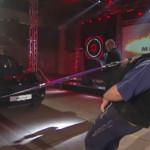 YouTube: hombre jala auto de 1.952 kilos con su barba