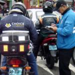 Motociclistas usarán chalecos distintivos con número de placa