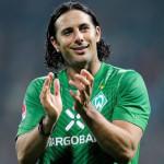 Claudio Pizarro recibido como héroe porhinchas del Werder Bremen