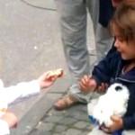 Niña alemana regala dulces a refugiada siria y conmueve al mundo