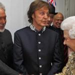 Paul McCartney elogia el busto de la Reina Isabel