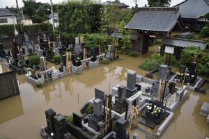 FRA10 KOSHIGAYA (JAPÓN) 10/9/2015 Cementerio inundado en Koshigaya, en el barrio de Saitama en Tokio, hoy 10 de septiembre de 2015. El tifón Etau causó hoy lluvias récord, graves inundaciones y la evacuación de casi 100.000 personas en el centro y el este de Japón, donde el fenómeno meteorológico también ha dejado al menos un desaparecido y decenas de heridos.EFE/FRANCK ROBICHON