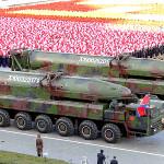 Corea del Norte exhibe armamento en espectacular desfile (Fotos)