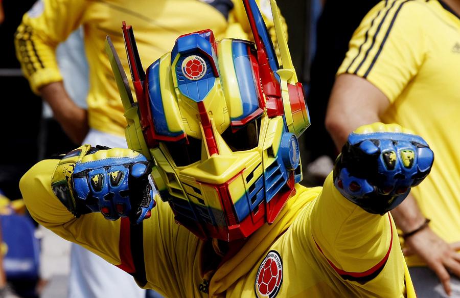MED705. BARRANQUILLA (COLOMBIA), 08/10/2015.- Un hincha de la selección Colombia apoya al equipo hoy, jueves 8 de octubre de 2015, previo al partido contra Perú al estadio Metropolitano de Barranquilla (Colombia), durante la primera fecha de las eliminatorias suramericanas al Mundial Rusia 2018. EFE/Leonardo Muñoz