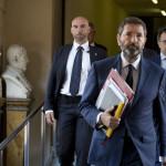 Afirman que situación política en Roma parece una 'farsa'