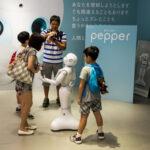 Robot Pepper 'trabaja' de recepcionista en un banco japonés