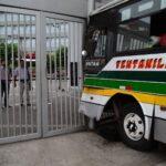 Siete heridos tras colisión de bus contra puerta de universidad