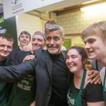 George Clooney come y hace donación en café para indigentes