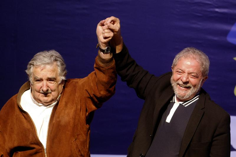 MED707. MEDELLÍN (COLOMBIA), 10/11/2015.- El expresidente brasileño Luiz Inácio Lula da Silva (d) y el expresidente uruguayo José Mujica (i) posan durante la charla inaugural del Consejo Latinoamericano de Ciencias Sociales (Clacso) hoy, martes 10 de noviembre de 2015, en Medellín (Colombia). El consejo se extenderá hasta el próximo viernes. EFE/Luis Eduardo Noriega