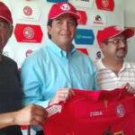 Víctor Rivera con el buzo de Juan Aurich para la campaña 2016