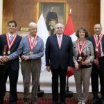 Pedro Cateriano condecora a diversas personalidades
