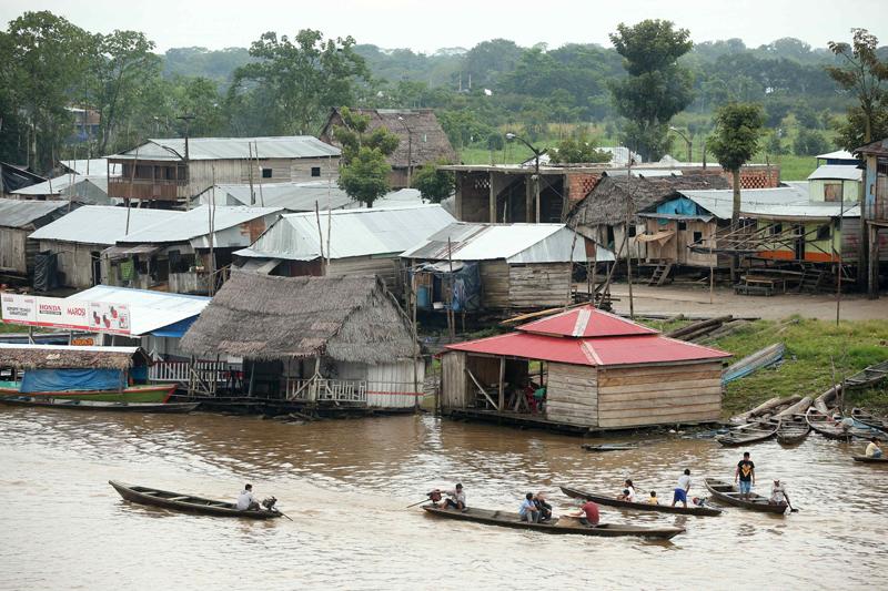ACOMPAÑA CRÓNICA: PERÚ TURISMO LIM11. IQUITOS (PERÚ), 11/12/2015.- Fotografía del 6 de diciembre de 2015 de una panorámica de la parte navegable del barrio de Belén, en Iquitos (Perú). El exótico mercado de Belén, en Iquitos, la ciudad más grande del mundo en plena Amazonía peruana a la que solo se puede llegar en avión o en barco, es un espectáculo único en el que se encuentra gran variedad de pescados, frutas de la selva y todo tipo de plantas medicinales y licores afrodisíacos. Situado junto al barrio flotante de Belén, conocido como la Venecia amazónica aunque en lugar de palacios solo hay polvorientas casas donde sobreviven los más pobres, hasta el mercado llegan a diario gigantescos pescados como el paiche, y otros como el zúngaro, la doncella o la gamitana. EFE/Ernesto Arias