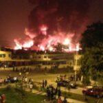 Incendio en Comas: Un bombero herido y graves daños materiales