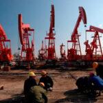 El petróleo roza niveles mínimos en más de una década