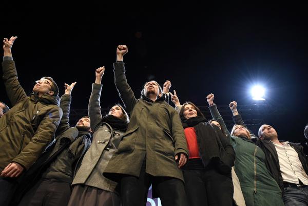 GRA892. MADRID, 20/12/2015.- El candidato a la Presidencia del Gobierno por Podemos, Pablo Iglesias (c), junto a otros dirigentes de esta formación celebran los resultados en las elecciones generales, en la plaza del Centro de Arte Reina Sofía, en Madrid. EFE/Fernando Villar