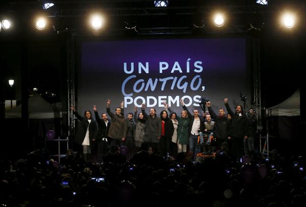 GRA833. MADRID, 20/12/2015.- El candidato a la Presidencia del Gobierno por Podemos, Pablo Iglesias (c), junto a otros dirigentes de esta formación celebran los resultados en las elecciones generales, en la plaza del Centro de Arte Reina Sofía, en Madrid. EFE/Juanjo Martin