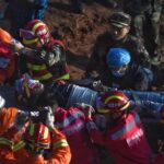China: Rescatan a un sobreviviente tras deslizamiento de tierra