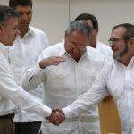Santos y 'Timochenko´ con apretón de manos sellan paz para marzo 2016