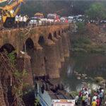 India: 15 muertos y 40 heridos al caer autobús desde puente