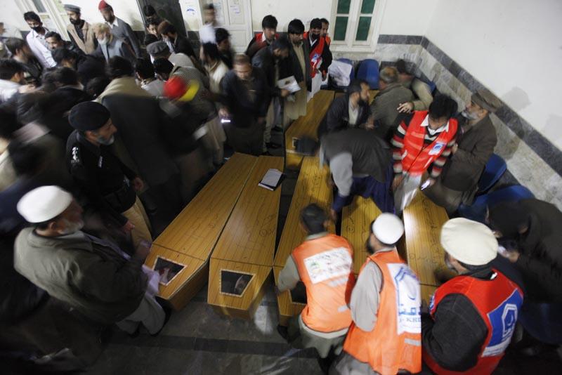 PSH12 CHARSADDA (PAKISTÁN) 20/1/2016 Trabajadores preparan féretros en el hospital en Charsadda, hoy, 20 de enero de 2016, para las víctimas del ataque talibán a la universidad Bacha Khan del norte de Pakistán que ha ocasionado la muerte al menos a 25 personas, entre ellas varios estudiantes, profesores y guardias de seguridad. EFE/BILAWAL ARBAB