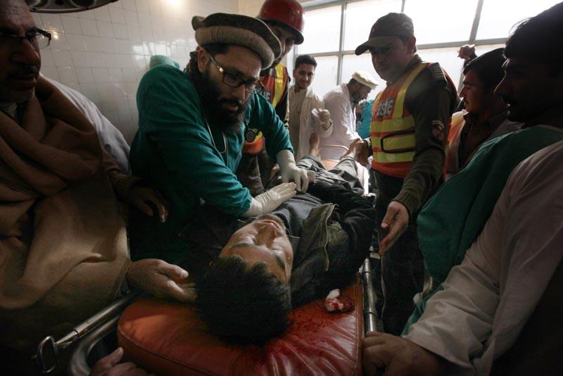 ATENCIÓN ABONADOS AL CONTENIDO GRÁFICO PSH06 CHARSADDA (PAKISTÁN) 20/1/2016 Un médico intenta reanimar a un hombre en el hospital en Charsadda donde están ingresadas algunas de las víctimas del asalto talibán a la universidad Bacha Khan del norte de Pakistán, en el que al menos 25 personas, entre ellas varios estudiantes, profesores y guardias de seguridad, murieron.EFE/BILAWAL ARBAB