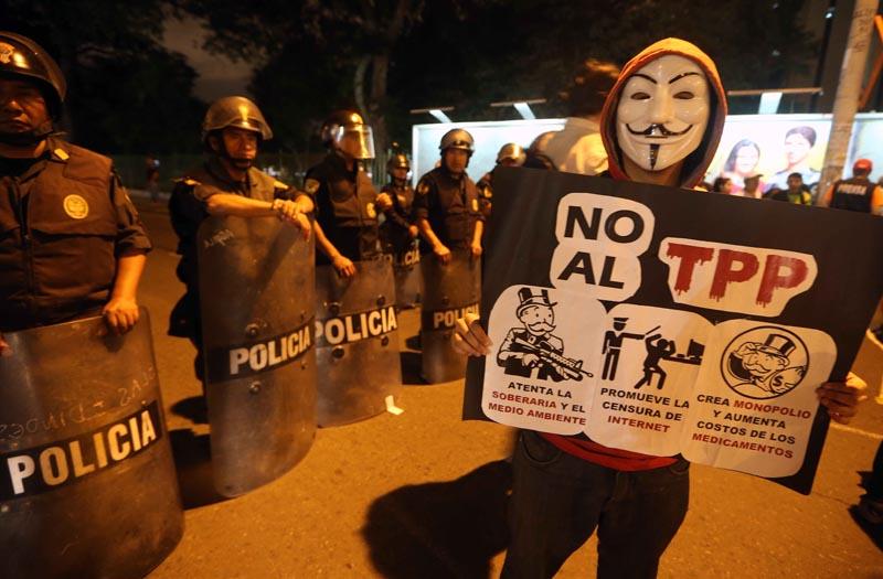 LIM01. LIMA (PERÚ), 08/01/2016.- Manifestantes vistos hoy, viernes 8 de enero de 2016, durante una protesta que reunió cerca de 250 estudiantes y miembros de agremiaciones sindicales contra el Acuerdo Transpacífico de Cooperación Económica (TPP) en Lima (Perú). EFE/ERNESTO ARIAS