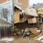 SJL: Obreros rompen tubería matriz de agua