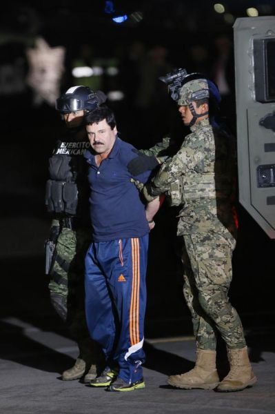 """MEX30. CIUDAD DE MÉXICO (MÉXICO), 08/01/2016.- El narcotraficante Joaquín """"El Chapo"""" Guzmán (c) es conducido hoy, viernes 8 de enero de 2016, a un helicóptero de la Marina Armada de México, en la capital mexicana tras su recaptura en la ciudad de Los Mochis, Sinaloa (México). La fiscal general de México, Arely Gómez, informó que una de las razones de la captura del narcotraficante Joaquín """"El Chapo"""" Guzmán este viernes fue el descubrimiento de que el capo de las drogas había iniciado contactos con gente del mundo del cine para rodar una película. Las autoridades mexicanas trasladaron hoy al narcotraficante Joaquín """"El Chapo"""" Guzmán al penal de máxima seguridad del Altiplano, del que se fugó el pasado 11 de julio, horas después de que el presidente Enrique Peña Nieto anunciara su recaptura en el estado mexicano de Sinaloa (occidente). EFE/José Méndez"""