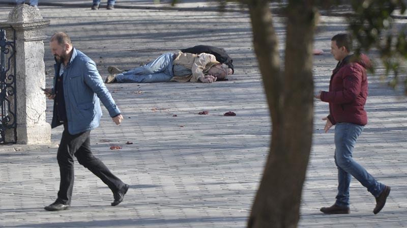 TUR03 ESTAMBUL (TURQUÍA) 12/01/2016.- El cadáver de una víctima yace en el suelo tras registrarse una fuerte explosión en las inmediaciones de la Mezquita Azul, en el turístico distrito de Sultanahmet, centro de Estambul (Turquía), el 12 de enero de 2016. Al menos diez personas han muerto y otras quince han resultado heridas en la explosión, sin que se sepan aún las causas del suceso, informaron fuentes oficiales. EFE/Deniz Toprak ATENCIÓN EDITORES AL CONTENIDO GRÁFICO