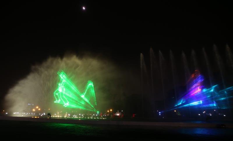 LIM01 LIMA (PERÚ), 15/01/2016.- Asistentes observan la pantalla de agua mas grande del mundo en el Parque de la Reserva en Lima (Perú) hoy, viernes 15 de enero de 2016. El parque de la Reserva de Lima estrenó hoy las remodeladas fuentes de su circuito mágico del agua, que ahora cuenta con la pantalla de agua mas grande del mundo, en un parque público en la que se proyecta un espectáculo audiovisual sobre sus 95 metros de largo, según la municipalidad de Lima. EFE/Ernesto Arias