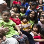 Francisco invitó al circo a 2 mil refugiados, indigentes y niños gitanos