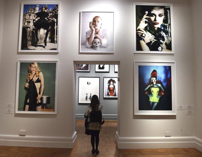 """FA006 LONDRES (REINO UNIDO) 10/02/2016.- Una mujer visita la exposición """"Vogue 100: un centenario de estilo"""" en la National Portrait Gallery en Londres (Reino Unido) hoy, 10 de febrero de 2016. La exposición se abre al público del 11 de febrero al 22 de mayo de 2016. EFE/Facundo Arrizabalaga"""