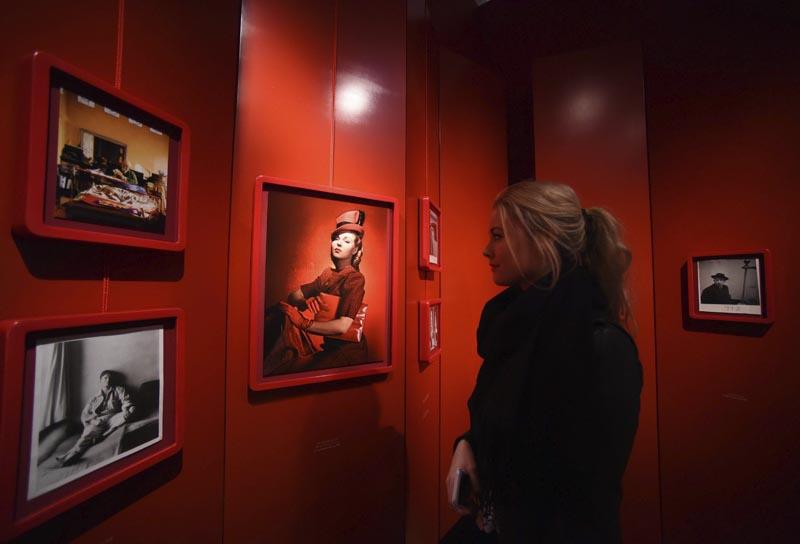 """FA003 LONDRES (REINO UNIDO) 10/02/2016.- Una mujer visita la exposición """"Vogue 100: un centenario de estilo"""" en la National Portrait Gallery en Londres (Reino Unido) hoy, 10 de febrero de 2016. La exposición se abre al público del 11 de febrero al 22 de mayo de 2016. EFE/Facundo Arrizabalaga"""
