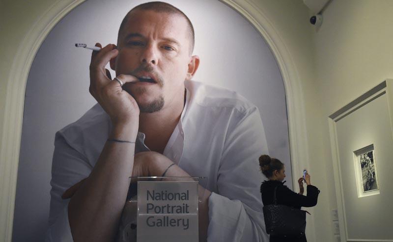 """FA002 LONDRES (REINO UNIDO) 10/02/2016.- Una mujer toma una fotografía de la exposición """"Vogue 100: un centenario de estilo"""" en la National Portrait Gallery en Londres (Reino Unido) hoy, 10 de febrero de 2016. La exposición se abre al público del 11 de febrero al 22 de mayo de 2016. EFE/Facundo Arrizabalaga"""