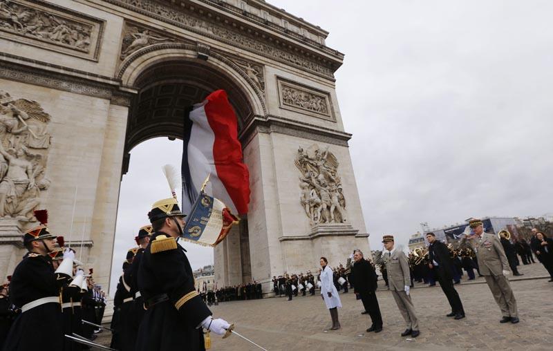 JNA48 PARÍS (FRANCIA) 01/02/2016.- El presidente cubano, Raúl Castro (4ºdcha), y la ministra gala de Ecología, Desarrollo Sostenivle y Energía, Ségolène Royal (5ºdcha), asisten a una ceremonia en la Tumba del Soldado Desconocido en el Arco del Triunfo en París (Francia) hoy, 1 de febrero de 2016. Castro fue recibido hoy con todos los honores en Francia en el inicio de una visita de Estado de dos días que marca una nueva etapa en la profundización de las relaciones políticas y económicas bilaterales. EFE/Jacky Naegelen / Pool PROHIBIDO SU USO A MAXPPP