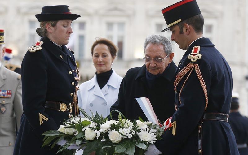 JNA46 PARÍS (FRANCIA) 01/02/2016.- El presidente cubano, Raúl Castro (2ºdcha), y la ministra gala de Ecología, Desarrollo Sostenivle y Energía, Ségolène Royal (2ºizda), asisten a una ceremonia en la Tumba del Soldado Desconocido en el Arco del Triunfo en París (Francia) hoy, 1 de febrero de 2016. Castro fue recibido hoy con todos los honores en Francia en el inicio de una visita de Estado de dos días que marca una nueva etapa en la profundización de las relaciones políticas y económicas bilaterales. EFE/Jacky Naegelen / Pool PROHIBIDO SU USO A MAXPPP