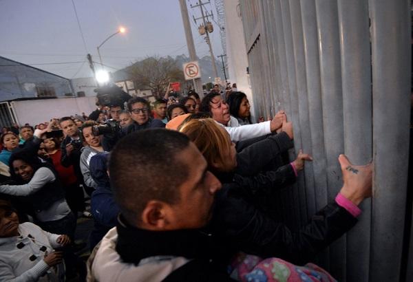 MEX01. MONTERREY (MÉXICO), 11/02/2016.- Familiares de los reos del penal de Topo Chico de Monterrey, en el estado de Nuevo León (México), reclaman información tras el motín registrado la madrugada de hoy, jueves 11 de febrero de 2016, donde la cifra de muertos asciende a cerca de sesenta, informaron hoy a Efe dos trabajadores de la cárcel desde el interior del presidio. Las autoridades locales convocaron una rueda de prensa a las 08.00 (14.00 GMT) pero al parecer el motivo del incidente fue un intento de fuga organizado por los presos que pertenecen al grupo criminal Los Zetas después de que se les quitará el control interno que mantenía en el recinto penitenciario. EFE/Miguel Sierra ** Usable by HOY, FL-ELSENT and SD Only **